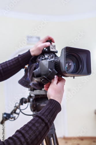 Fototapeta the operator prepares the camera to shoot close-up obraz na płótnie