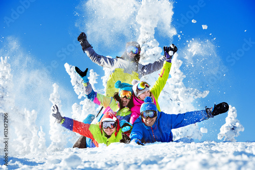 Tuinposter Wintersporten Group happy friends ski resort