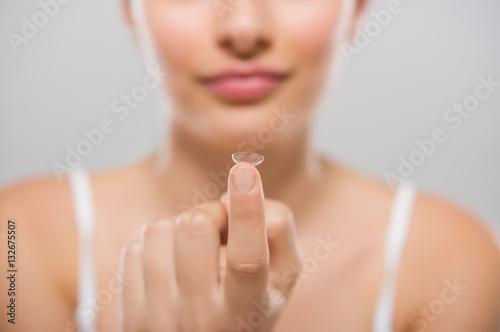 Fotografía  Woman holding contact lens