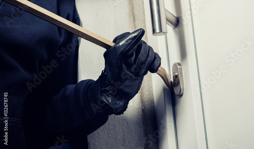Pinturas sobre lienzo  Burglar breaking in to a house door