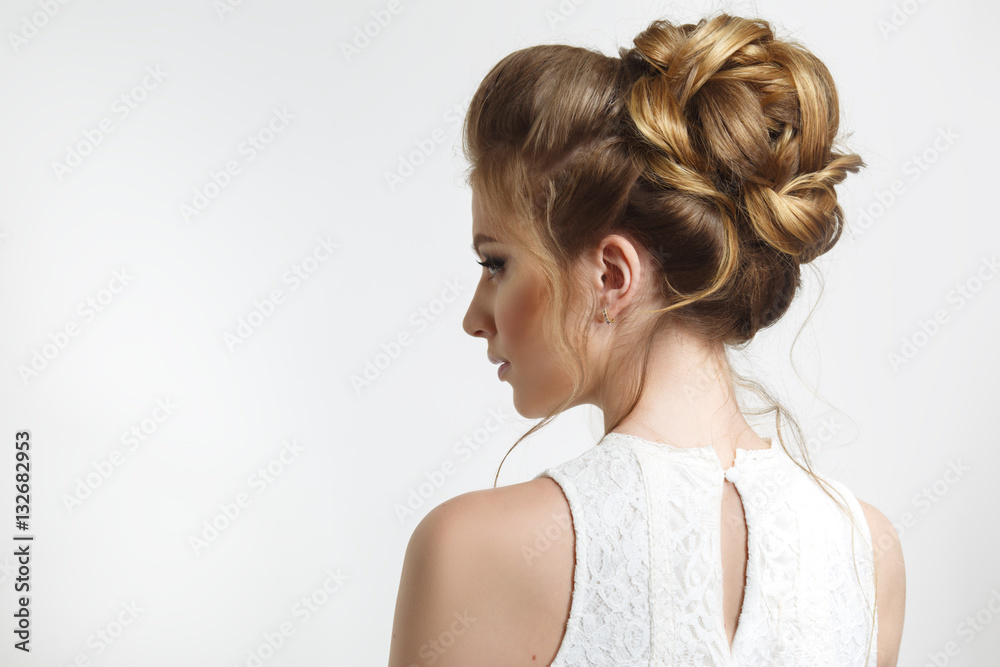 Fototapeta Elegant wedding hairstyle on a beautiful bride in profile.