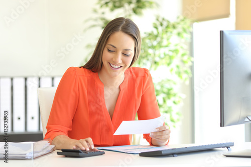 Photo Businesswoman accounting at office