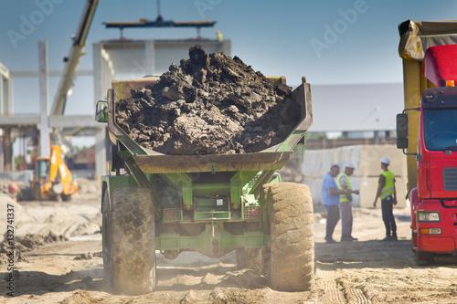Zdjęcie XXL Ładowna dump ciężarówka przy budową