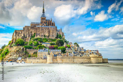 Photo  Famous historc Mont Saint Michel tidal island in Normandy, France