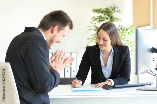Fotografía  Businesspeople signing contract after deal