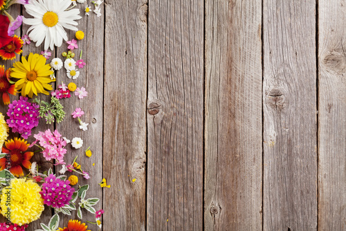 Poster Fleur Garden flowers over wooden background