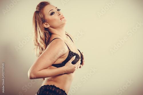 Plakat Kobieta trzyma dotykając jej piersi.