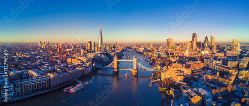 Fotografia  Aerial view of London and the River Thames