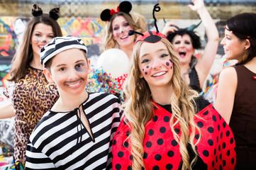 Junge und Mädchen verkleidet als Marienkäfer und Sträfling beim Fastnachtsumzug
