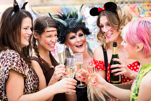 Keuken foto achterwand Carnaval Frauen an Weiberfastnacht im Fasching stoßen mit Sekt an