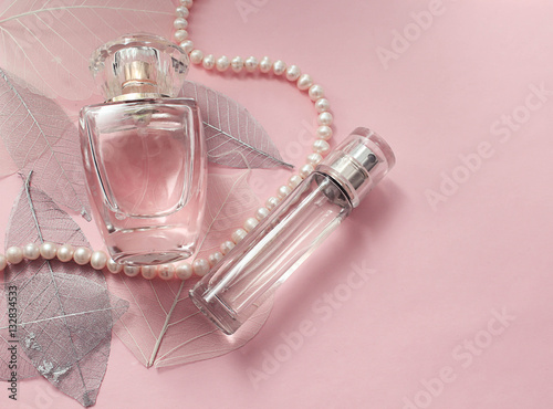 Foto op Plexiglas Bar Флакон женских духов на нежном розовом фоне