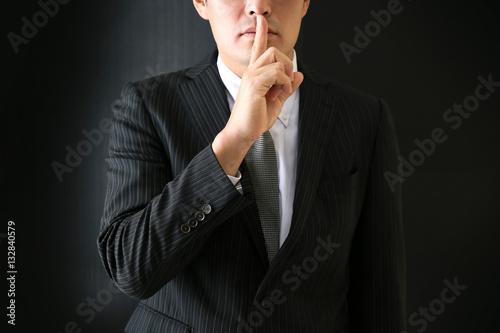 Fotografía  シーっという指をするビジネスマン