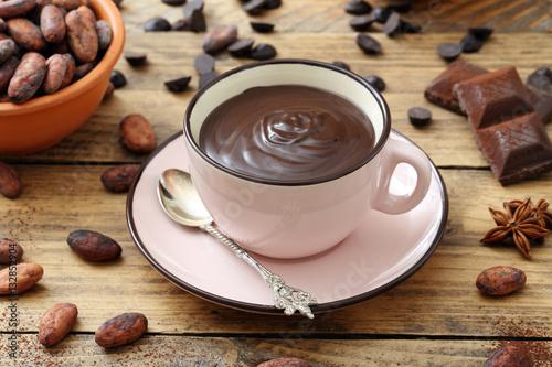 tazza di cioccolata calda fondente su tavolo rustico