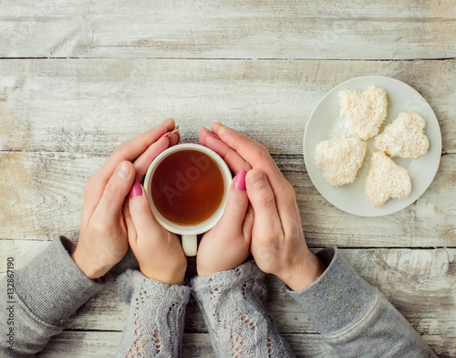 Foto op Plexiglas Chocolade tea lovers ' hands. On wooden background.
