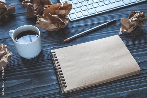 Zdjęcie XXL koncepcja pisarz pulpit drewniany tło widok z góry makieta