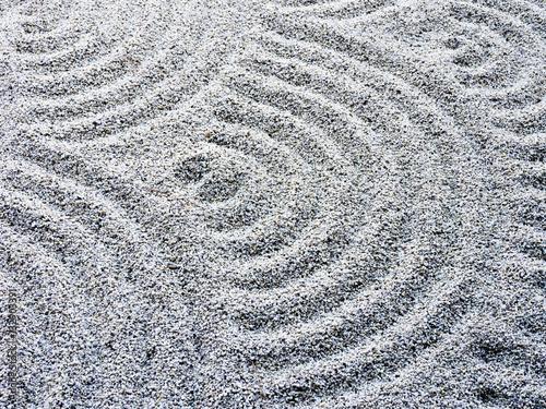 falisty-wzor-piasku-w-japonskim-ogrodzie-skalnym