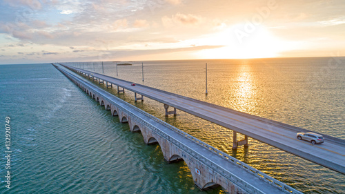 Valokuva  Overseas Highway Seven Mile Bridge Traffic at Sunrise