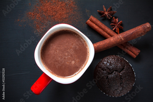 Foto op Plexiglas Chocolade Hot chocolate in red cup with chocolate cup cake on black backgr