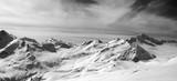 Czarno-biała panorama gór Kaukazu w śniegu zima ev - 132923179