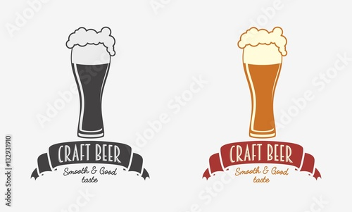 Photo Vintage retro badge, logo or symbol design template for craft beer house, bar, pub, brewing company, brewery or tavern with glass