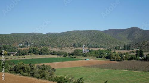 Foto op Plexiglas Zuid Afrika Landschaft in der Kleinen Karoo/Dorf in der Halbwüste Kleine Karoo in der Republik Südafrika, Felder und Hügel, Häuser und eine Kirche