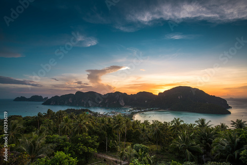 Photo View point of Phi Phi Island at sunset time, Krabi, Thailand