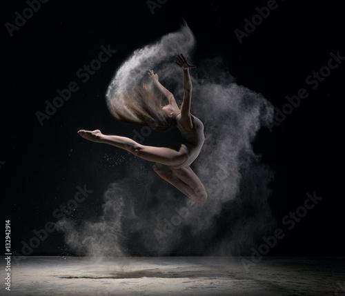 Küchenrückwand aus Glas mit Foto Tanzschule Girl in body jumps in dust cloud black background