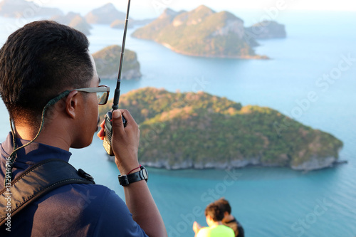 Fotografía  Rescue use radio to secure the tourists on the mountain at ang thong archipelago island, Thailand