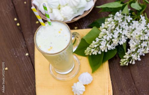 Foto op Aluminium Milkshake milkshake, meringue, lilac bouquet