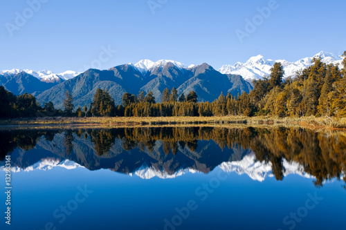 Fotobehang Bergen Reflections on Lake Matheson