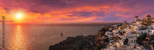 Poster de jardin Santorini Dramatischer Sonnenuntergang hinter Oia, Santorini, Griechenland