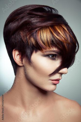 fasonuj-portret-pieknej-dziewczyny-o-barwionych-farbowanych-wlosach-profesjonalne-farbowanie-krotkich-wlosow-studio-strzal