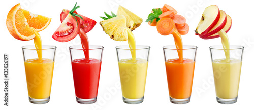 Photo sur Aluminium Jus, Sirop Fresh juice pours from fruit and vegetables into the glass isola
