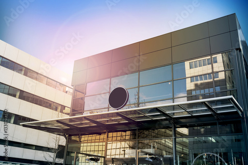 Fotografía  Blank black round signage mockup, modern business building