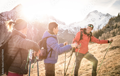 Photo  Group of friends trekking on french alps at sunset - Hikers with backpacks and s