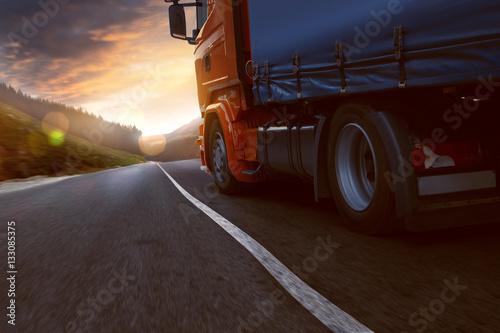 Plakat Ciężarówka jedzie w zachodzie słońca