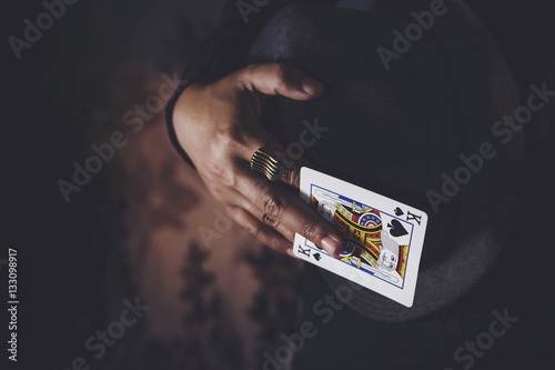 Leinwand Poster King Spade Card in Hand, Low-key lighting