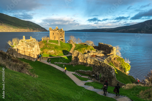 Papiers peints Bleu Urquhart Castle and Loch Ness