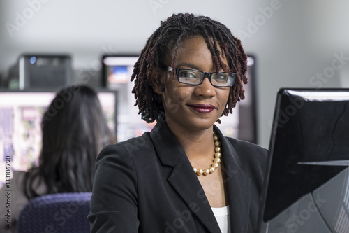 Photo Young black professional woman working on computer at the office