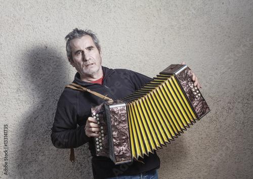 Fényképezés  man playing accordion in the street