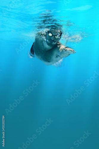 Mann schwimmt im Meer Canvas Print