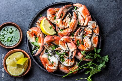 Valokuvatapetti Crabs tentacles with wite wine, lemon, herbs sauce, slate background