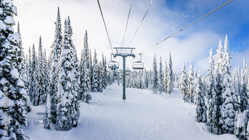 Photo  Riding the Chair Lift in a Winter Landscape on the Ski Hills near Sun Peaks vill