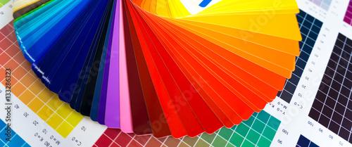 Fotografía  Werbetechnik / Bunter Farbfächer für Digitaldruck auf CMYK-Farbkarte