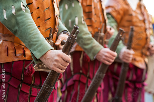 Photo The medieval rifleman soldiers present in uniform