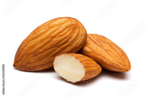 Poster Graine, aromate Almonds isolated on white.