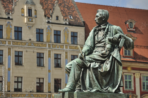 Obraz Pisarz na pomniku, Wrocław - fototapety do salonu