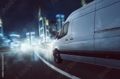 Zdjęcie XXL Napęd dostawczy van w ciemności