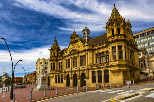 Poster Afrique du Sud Republic of South Africa. Port Elizabeth. The Public Library built in the late Victorian style, marble statue of queen Victoria and the Market Square