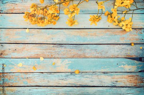 zolci-kwiaty-na-rocznika-drewnianym-tle-rabatowy-projekt